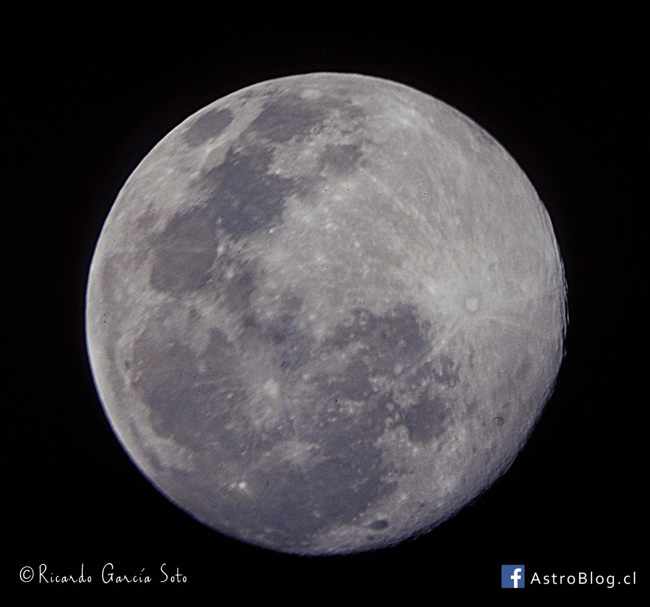 Luna llena captada por el autor, Ricardo García, mediante película fotográfica, la diapositiva está escaneada.